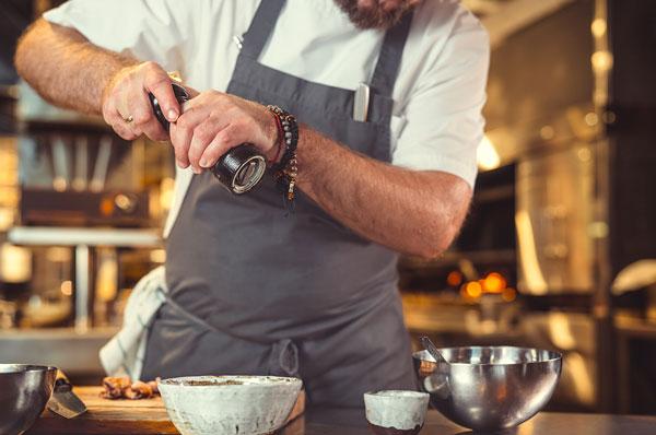 Fotografía de un chef preparando una comida
