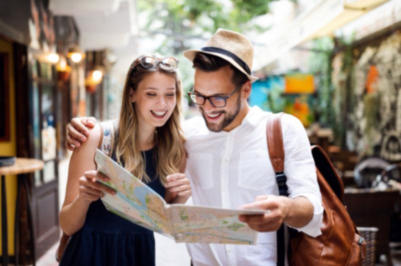 Fotografía de una pareja viendo un mapa en sus vacaciones