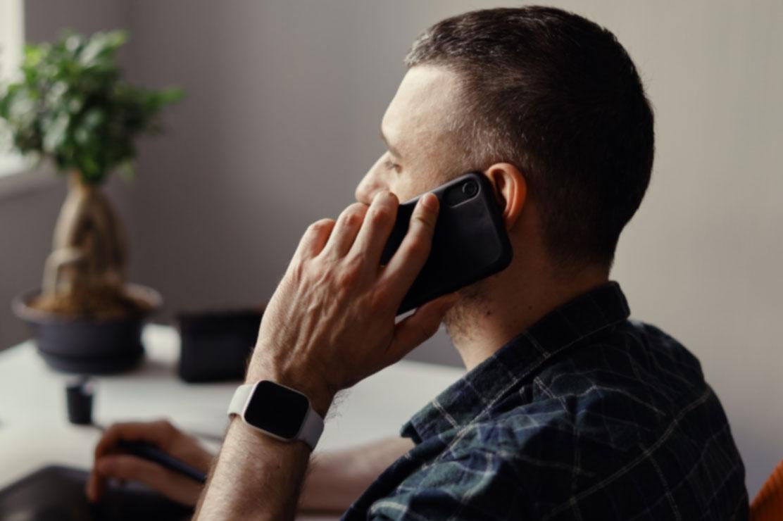 Fotografía de hombre haciendo una llamada telefónica