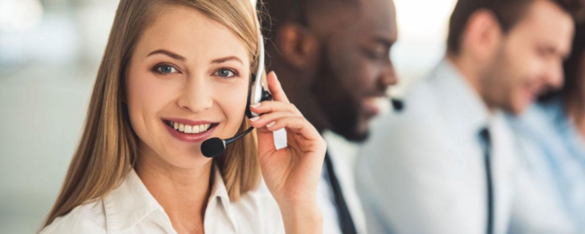 Fotografía de una chica sonriendo mientras trabaja en el call center