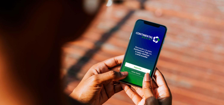 Fotografía de una persona sosteniendo en sus manos un teléfono móvil usando la app de continental assist