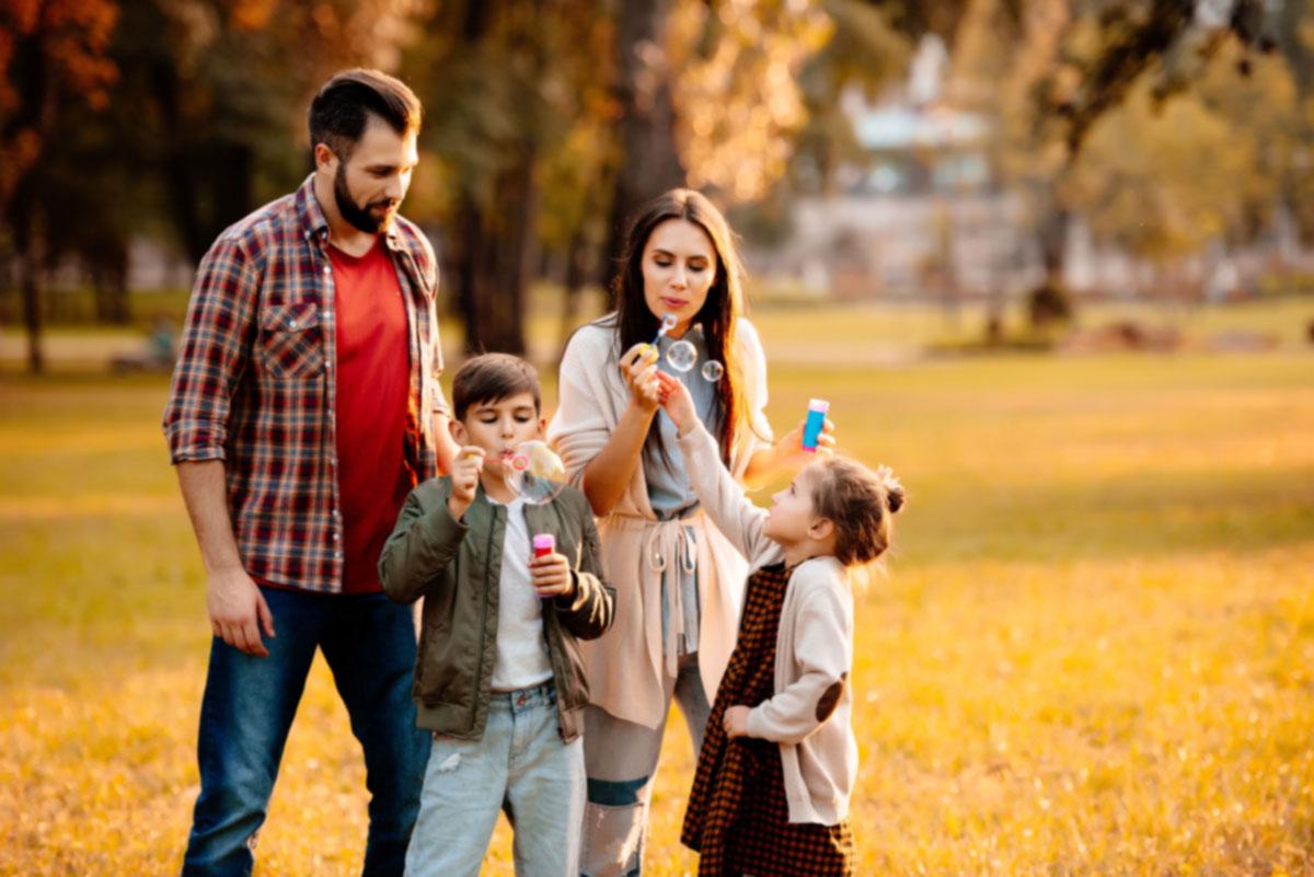 Fotografía de una familia pasando el día en un parque