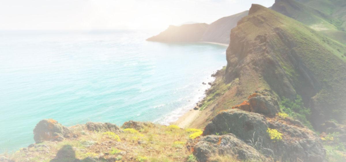 Fotografía de montañas con vista al mar
