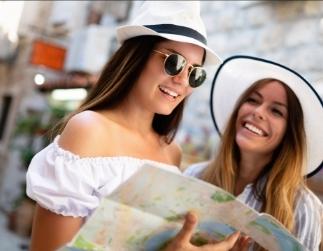 Fotografía de dos chicas estudiantes mirando un mapa en sus manos