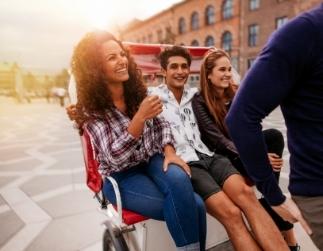 Fotografía de un grupo de amigos viajando en una carretilla turística